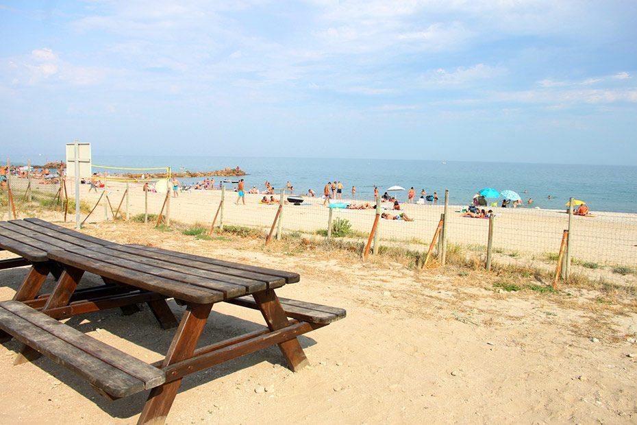 Appartement de vacances. Bancs et tables en bois pour déjeûner face à la mer, sur la plage de Frontignan. Photo© Céline Gautier
