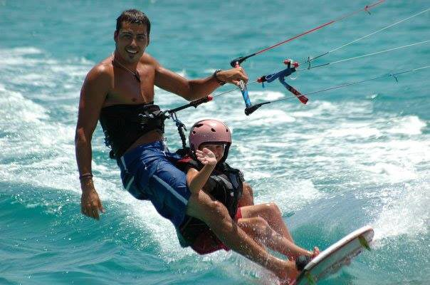 Gamin en initiation de kitesurf